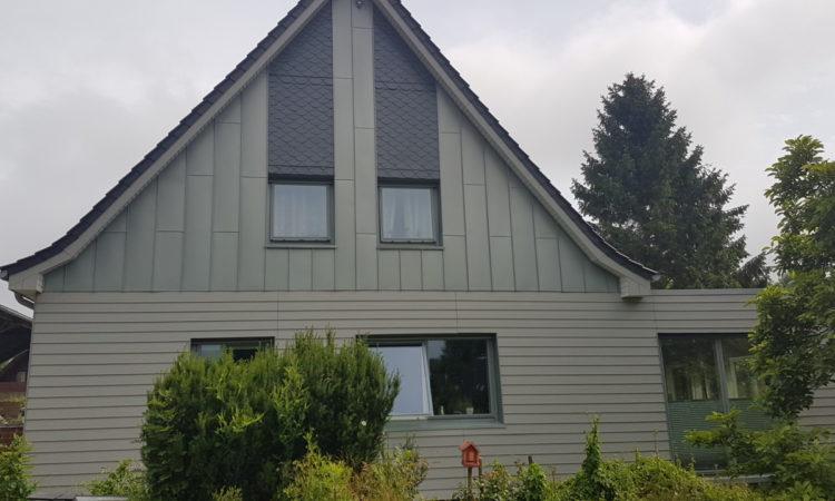 Kombinierte Giebelverkleidung Aus Eternit Cedral, Vorbewittertem Rheinzink Und Natur-Schieferplatten.