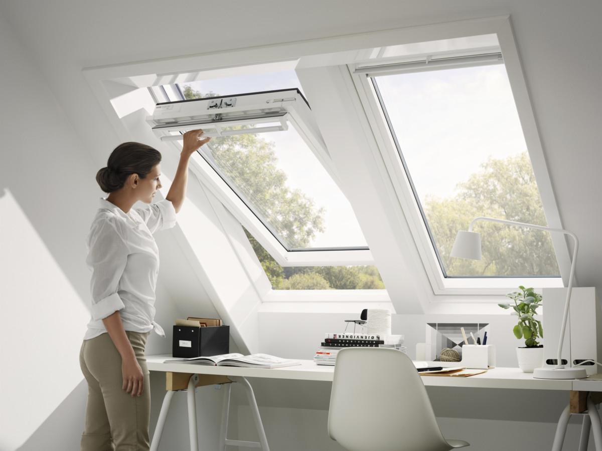 Arbeitszimmer mit Velux-Fenstern