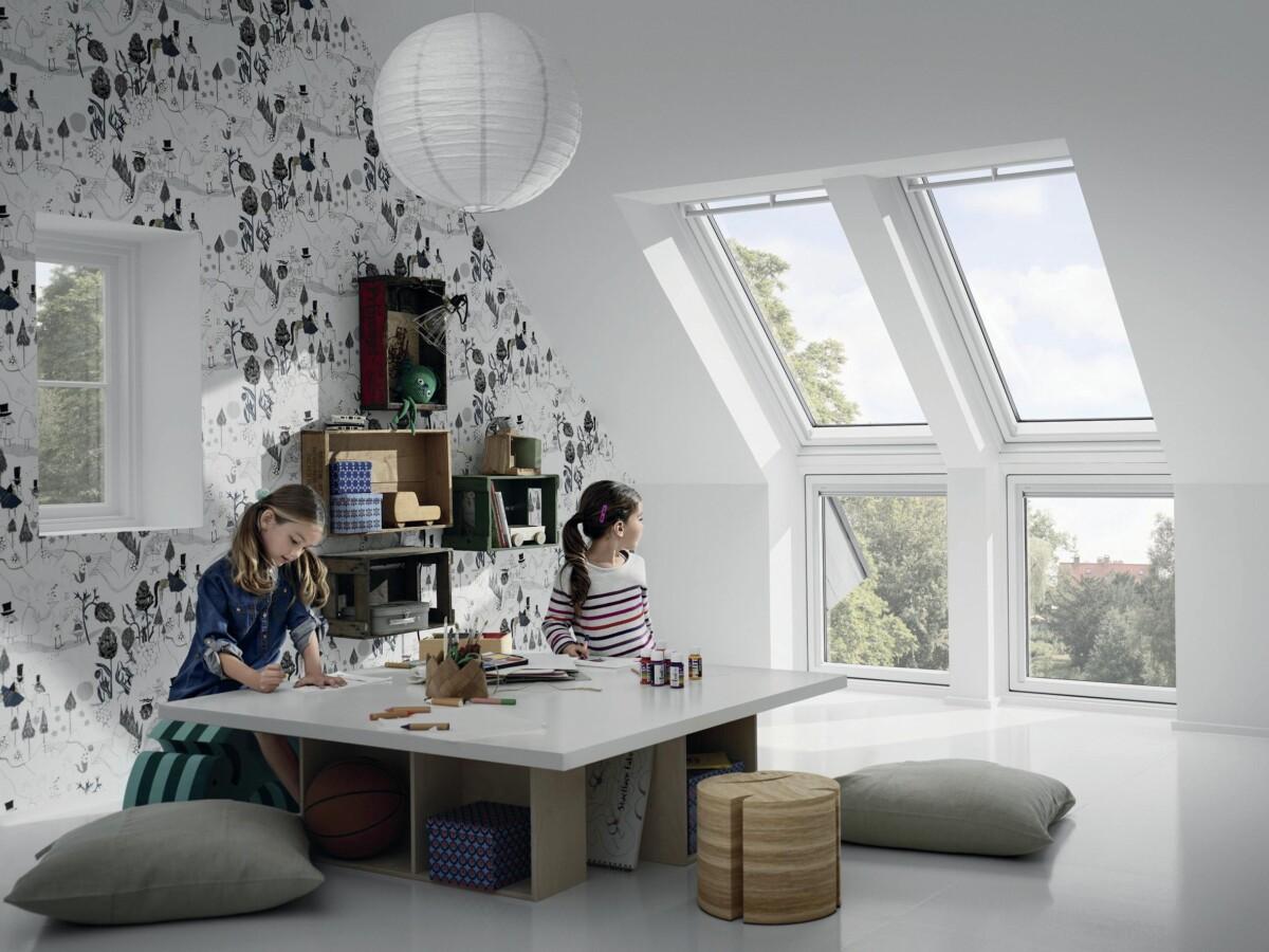 Ein Paradies für Kinder: Fenster-Verlängerungen bis zum Boden ermöglichen ungehinderten Ausblick ins Freie.