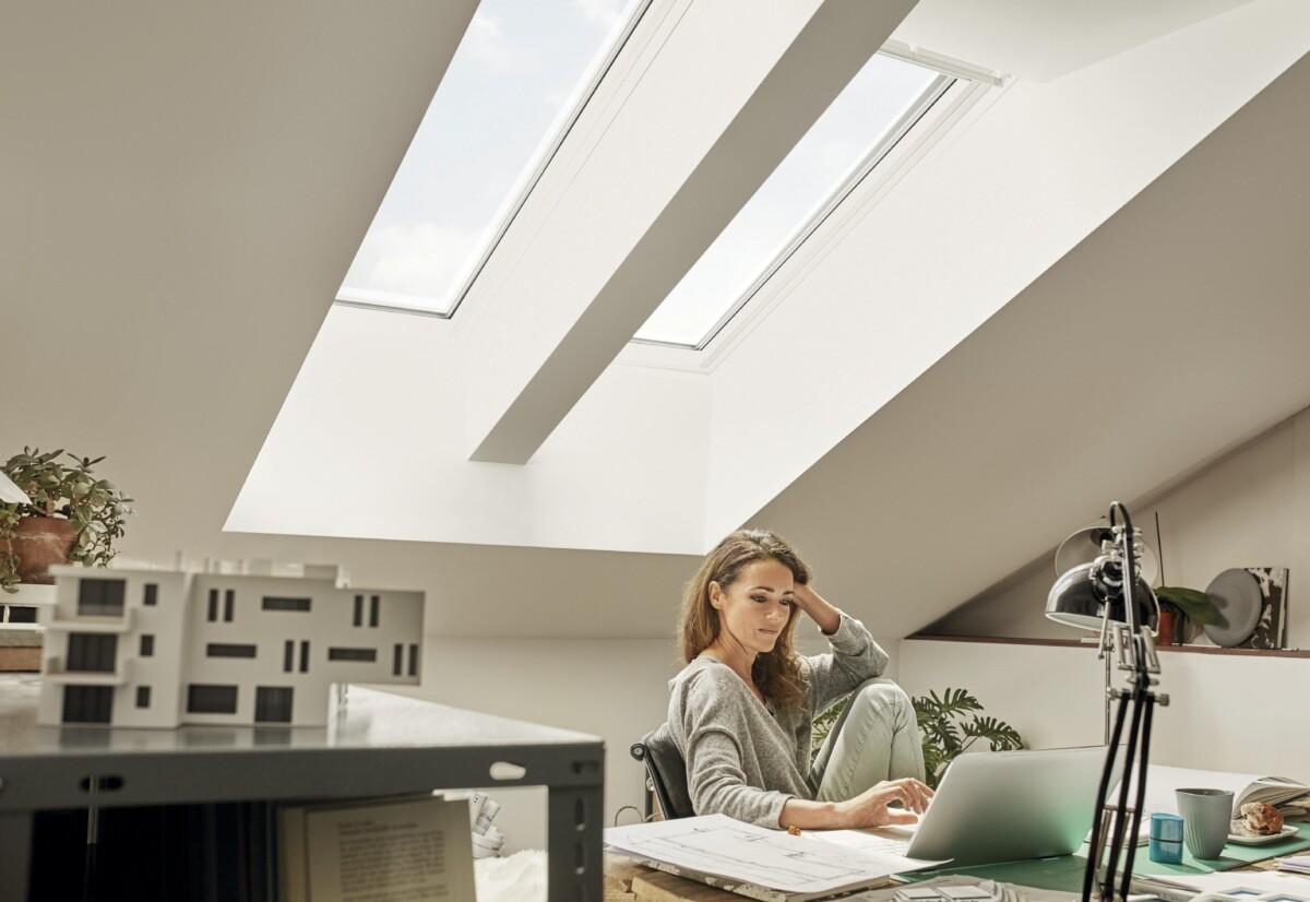 Viel natürliches Licht durch die Kombination von zwei Velux Fenstern sorgt für ein ideales Arbeiten im Homeoffice unterm Dach.