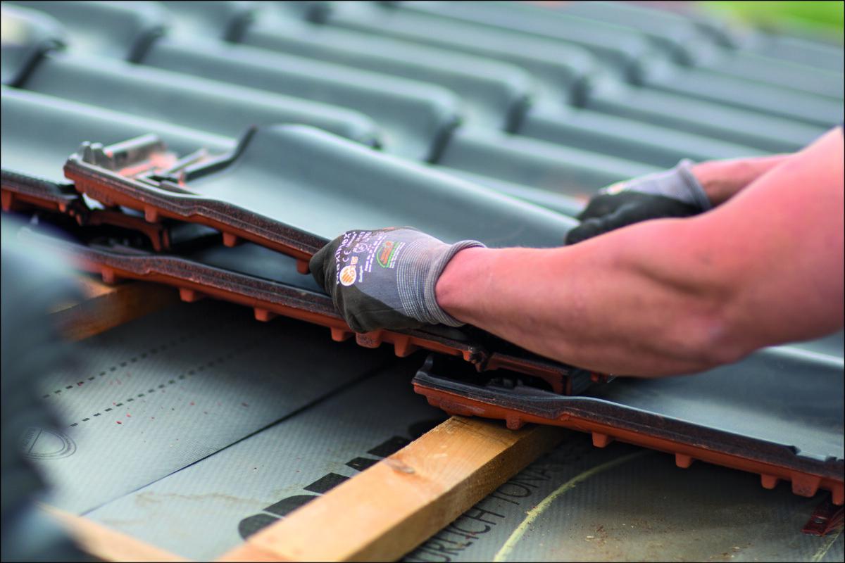 Bei flach geneigten Dächern kommen spezielle Dachziegel zum Einsatz.